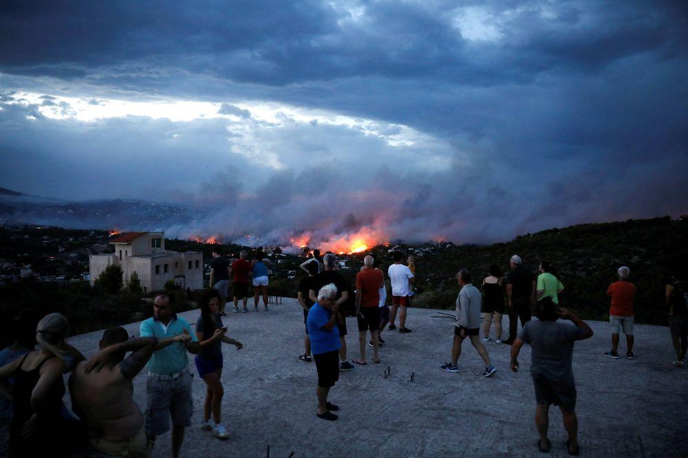 Foto: Griegos observan un incendio forestal en la ciudad de Rafina, cerca de Atenas, el 23 de julio de 2018. (Reuters)