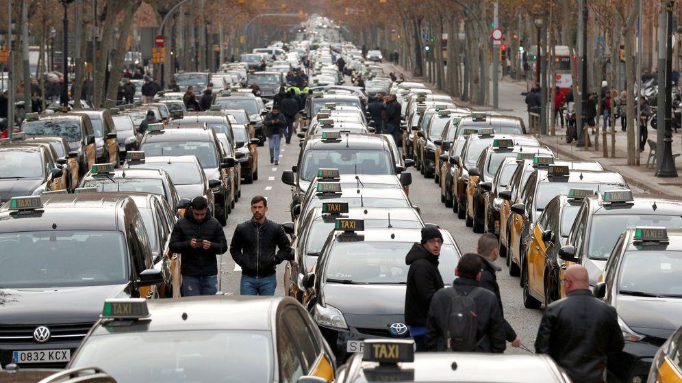 Foto: Los taxistas colapsan la Gran Vía de Barcelona. (EFE)