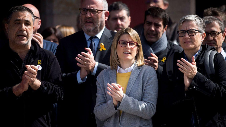 Foto: Los diputados de JXCAT Elsa Artadi (2d) y Eduard Pujol (2i), junto a otros trabajadores del Parlament. (EFE)
