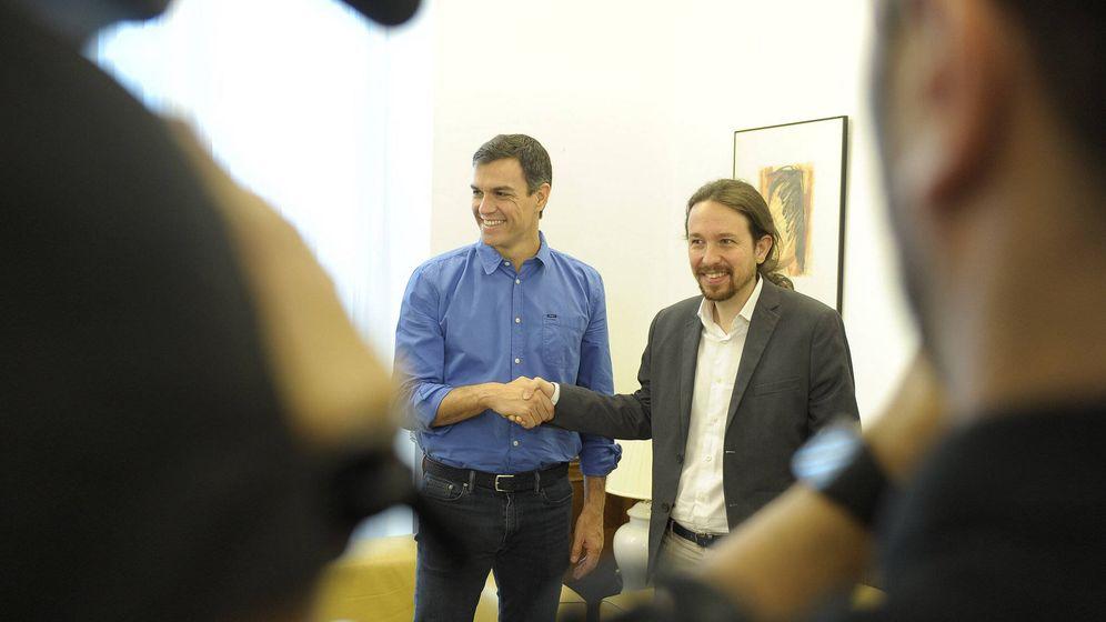Foto: Los secretarios generales de PSOE y Podemos, Pedro Sánchez y Pablo Iglesias, antes de una reunión en el Congreso el pasado martes. (EFE)