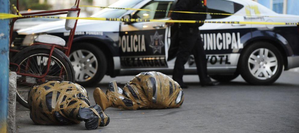 Foto: Un agente sale de una zona acotada cerca de dos cadáveres envueltos en plástico en Nezahualcóyotl, estado de México. (Reuters)