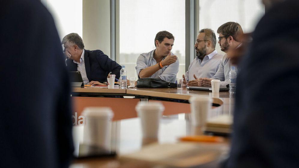 Foto: Albert Rivera conversa con el portavoz del partido en el Congreso, Juan Carlos Girauta, y el secretario de organización, Fran Hervías, en la Ejecutiva. (EFE)