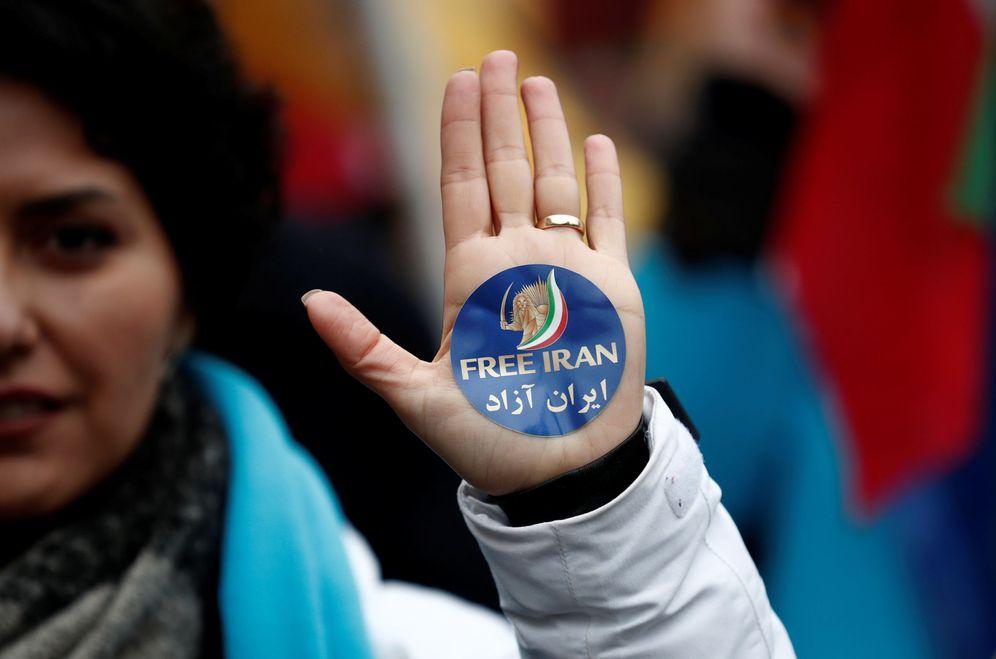 Foto: Una opositora en el exilio durante una marcha en el aniversario de la Revolución Islámica, en París. (Francia)