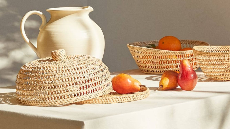 Tu mesa de jardín necesita estos complementos de ratán de Zara Home