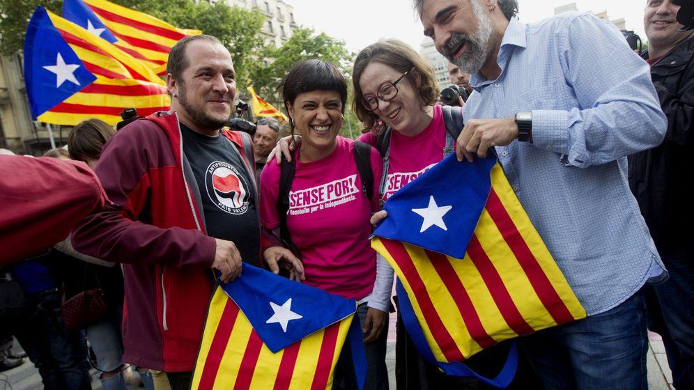 Foto: Los miembros de la CUP David Fernández, als diputadas Anna Gabriel y Eulàlia Reguant y el presidente de Omnium Cutural, Jordi Cuixart. (Efe)