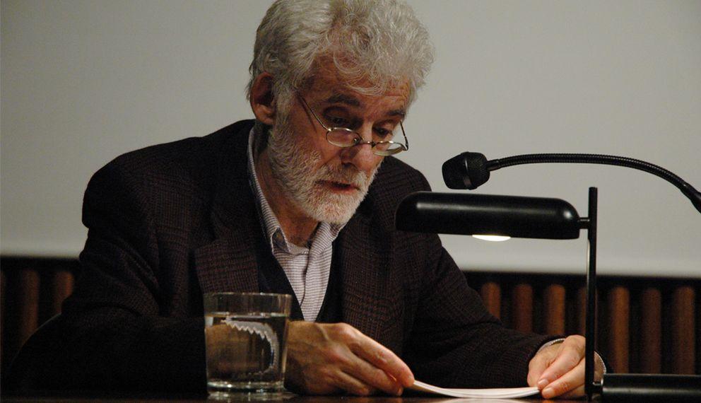Foto: Conferencia de Ángel González en la Fundación Tàpies, en 2006. (Fundación Tàpies, Jordi Vic)