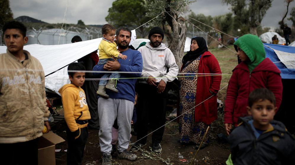 Foto: Un grupo de sirios en una campo de refugiados cercano a Mora, en la isla de Lesbos