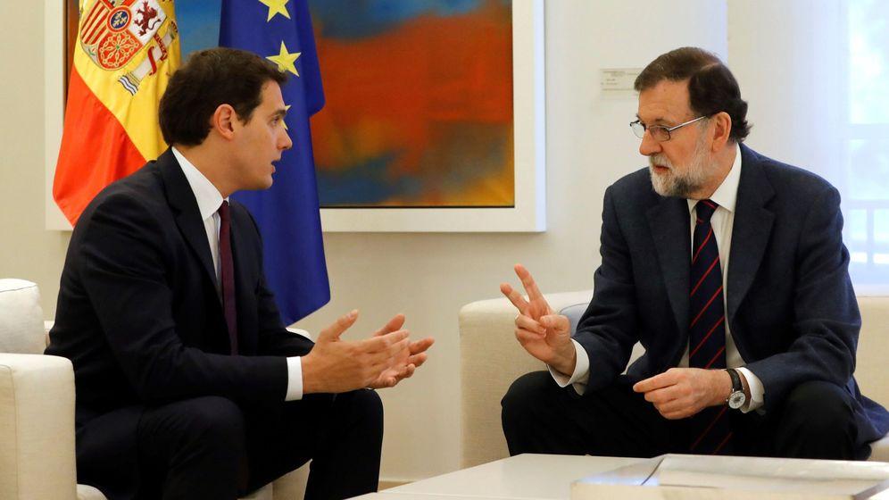Foto: El presidente del Gobierno, Mariano Rajoy, durante la reunión que mantuvo con el líder de Ciudadanos, Albert Rivera. (EFE)