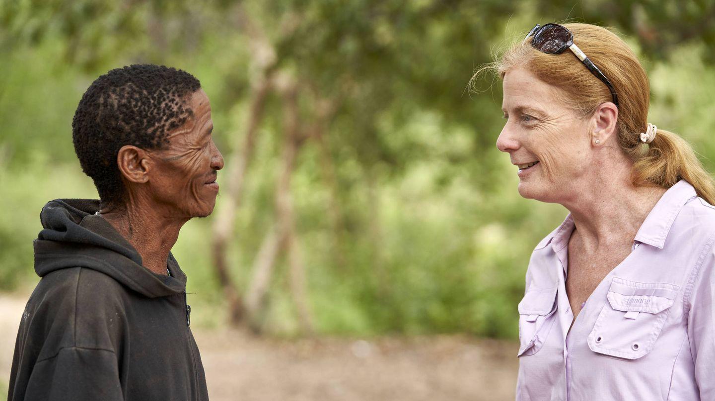 La investigadora Vanessa Hayes con habitantes de Namibia que han participado en el estudio de ADN. (Foto: Chris Bennett, Evolving Picture, Sydney, Australia)