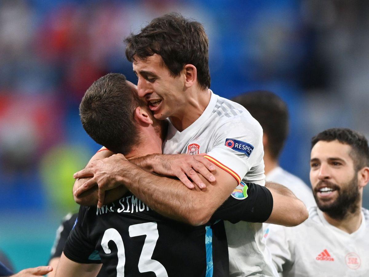 Foto: Unai Simón y Oyarzabal se abrazan tras lograr el pase a semifinales. (Reuters)
