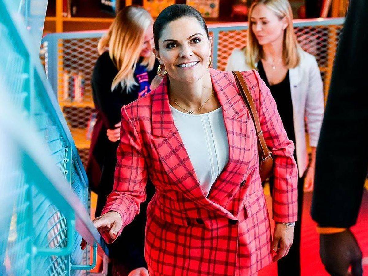 Foto: Victoria de Suecia es una apasionada de los trajes con estampado a cuadros. (Instagram @kungahuset)