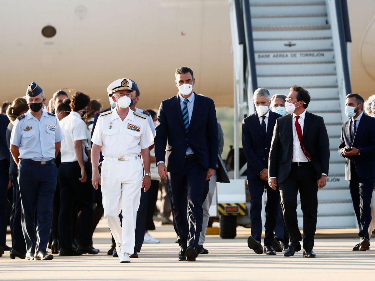 Foto: Sánchez, en la recepción al último contingente en la base de Torrejón. (Reuters)