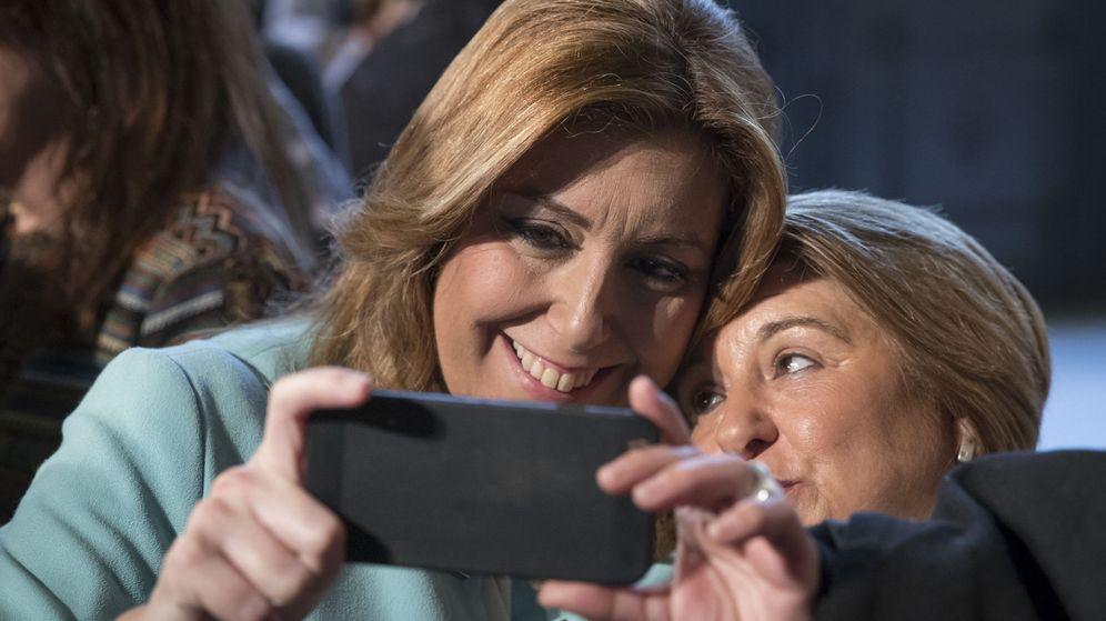Foto: La presidenta andaluza, Susana Díaz, se hace un selfi con la asistente a un acto. (EFE)