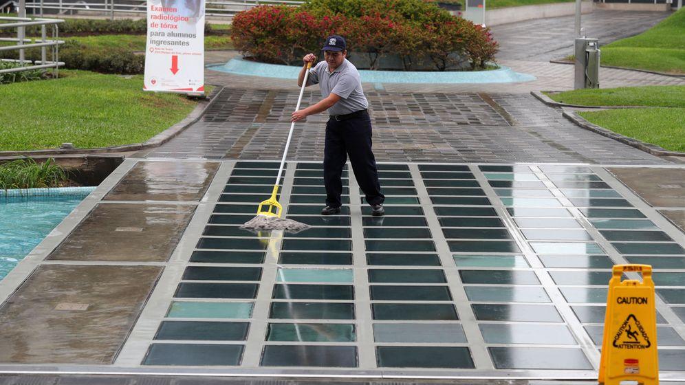 Foto: Un trabajador de la limpieza (Efe)