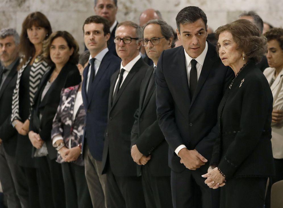 Foto: Pedro Sánchez conversa con la reina Sofía, este 8 de octubre, en el funeral de la soprano Montserrat Caballé, en Barcelona. (EFE)