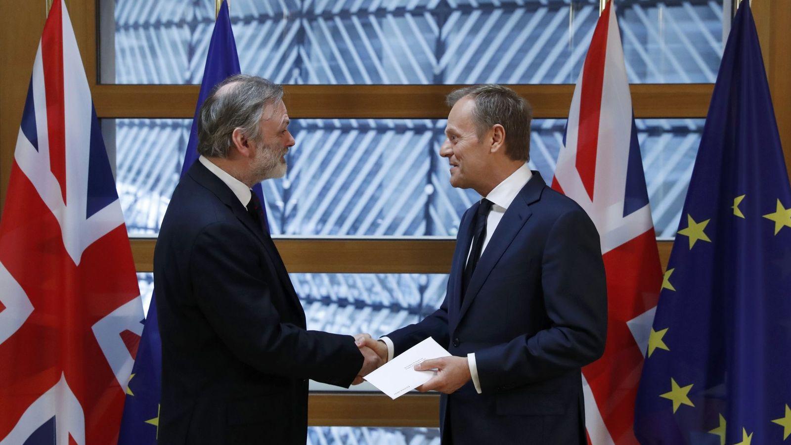 Foto: Tim Barrow entrega la carta del Brexit al presidente del Consejo Europeo, Donald Tusk, en Bruselas, el 29 de marzo de 2016. (Reuters)