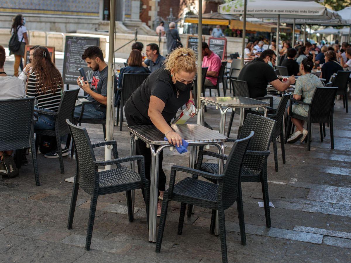 Foto: Una camarera desinfecta una mesa. (EFE)