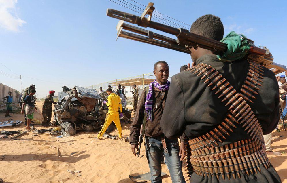 Foto: Fuerzas de seguridad somalíes vigilan el lugar de un atentado con coche bomba en Mogadiscio, el 27 de febrero de 2017 (Reuters)