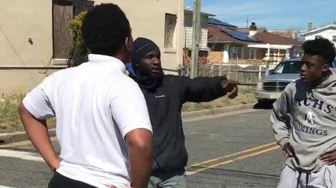 Un hombre detiene una pelea callejera de adolescentes con un inspirador discurso