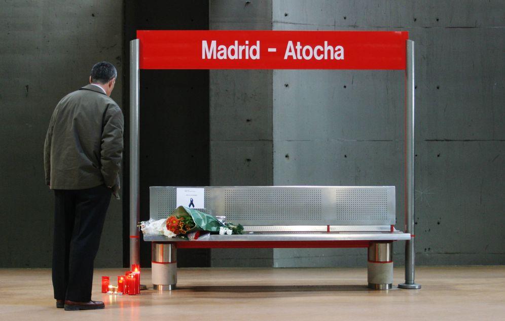 Foto: Un hombre rinde homenaje a las víctimas de los atentados del 11-M en la estación de Atocha, Madrid, el 11 de marzo de 2005. (Reuters)