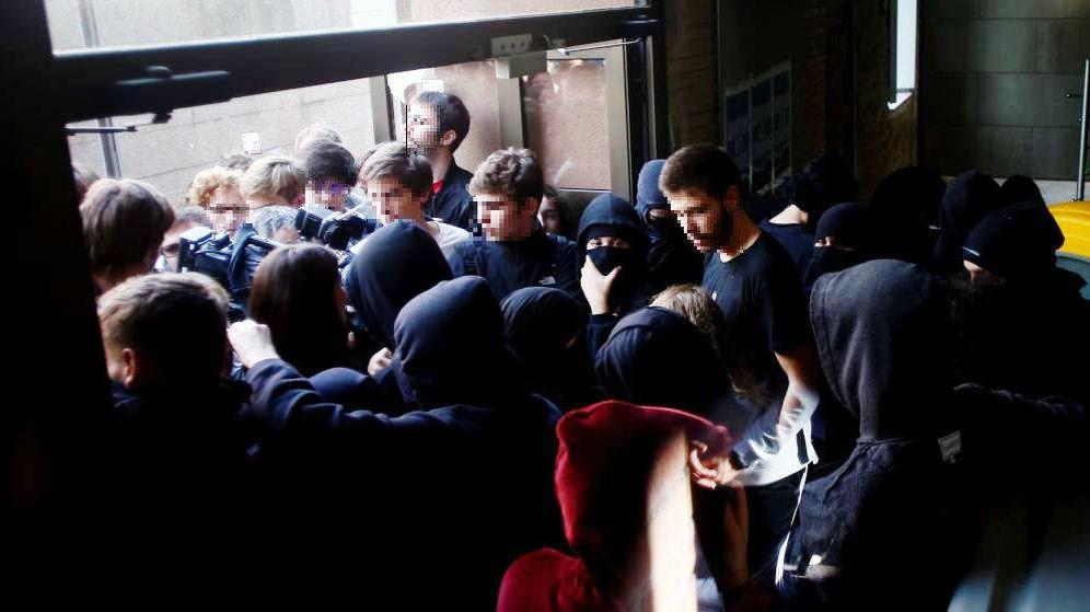 Foto: Estudiantes de la Universidad Pompeu Fabra, partidarios y detractores de la huelga indefinida convocada en las universidades catalanas, protagonizaron momentos de tensión este martes. (EFE)