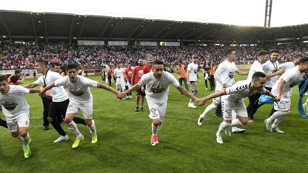 Foto: Los jugadores de la Cultural y Deportiva celebran su victoria ante el Barcelona B. (EFE)