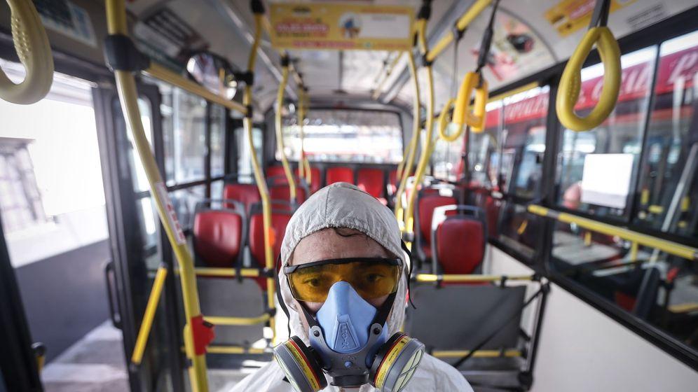 Foto: Empleado de una compañía de limpieza, en Buenos Aires. (EFE)