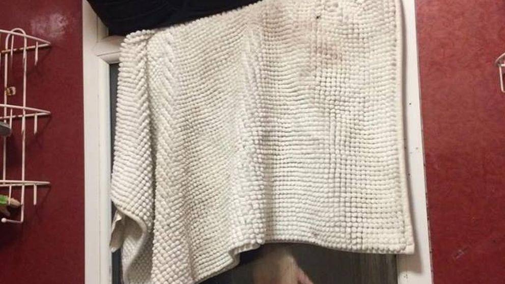 Se queda atascada en la ventana del baño de su cita al tirar su propia caca