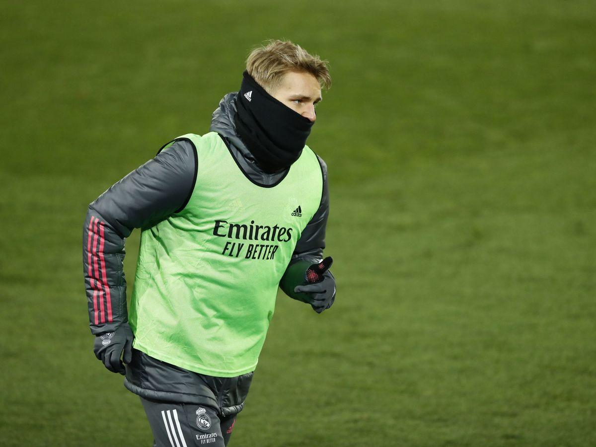 Foto: Odegaard, calentando en la banda durante el Real Madrid-Celta. (REUTERS)
