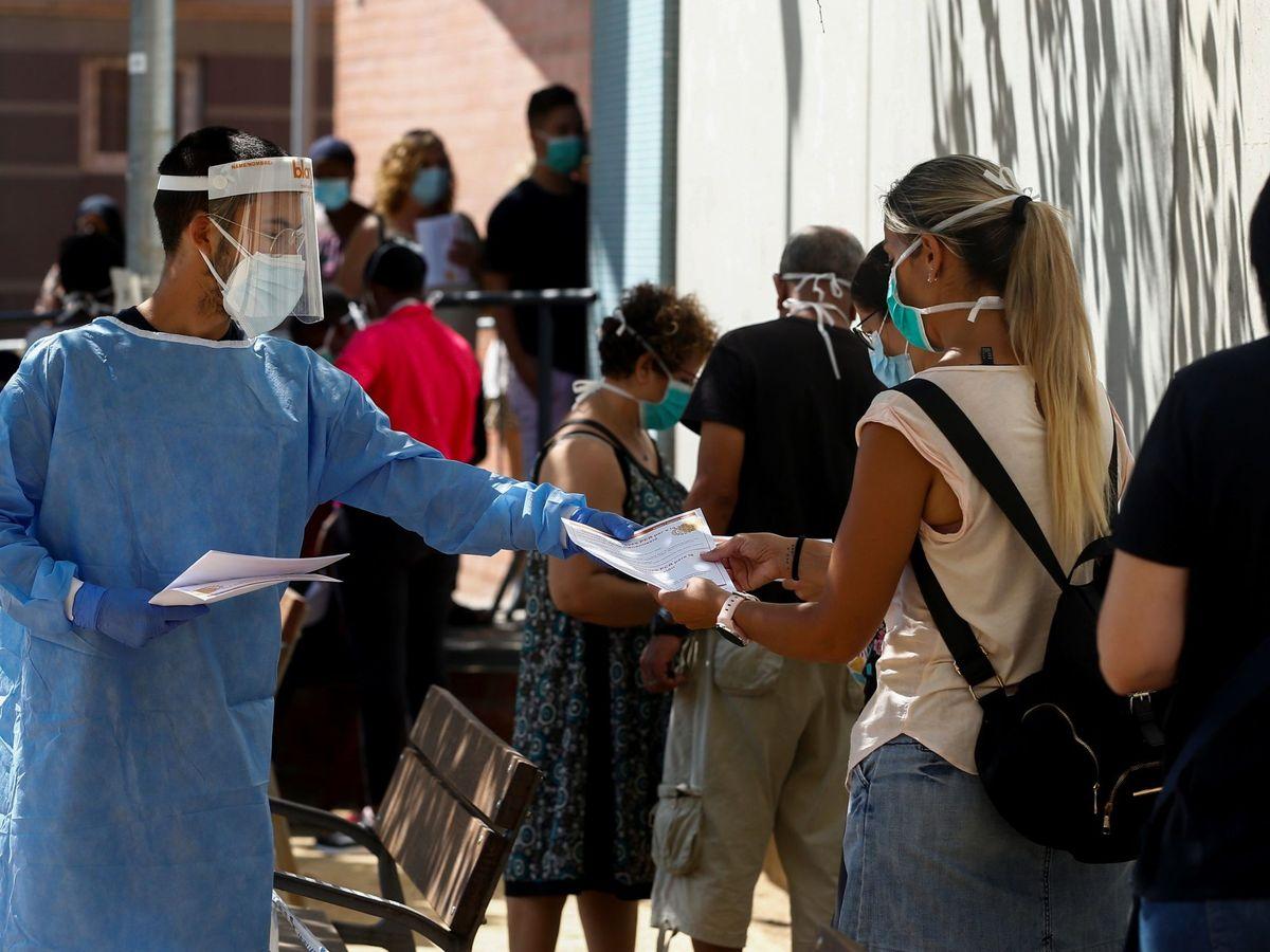 Foto: Profesionales sanitarios informan a las personas interesadas en el CAP de Canovelles (Barcelona). (EFE)