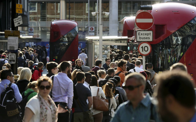 Foto: Londinenses pasean por Victoria Station, en la capital británica. (Reuters)