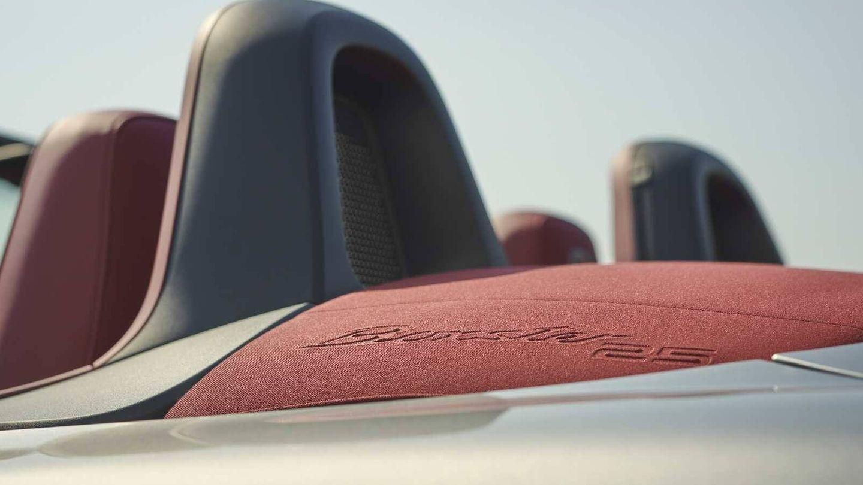 El cierre de la capota de esta serie limitada incluye el anagrama 'Boxster 25'.
