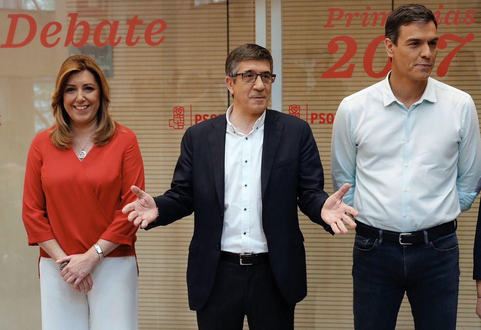 Foto: Susana Díaz, Patxi López y Pedro Sánchez, minutos antes de comenzar su debate a tres en Ferraz, este 15 de mayo. (EFE)