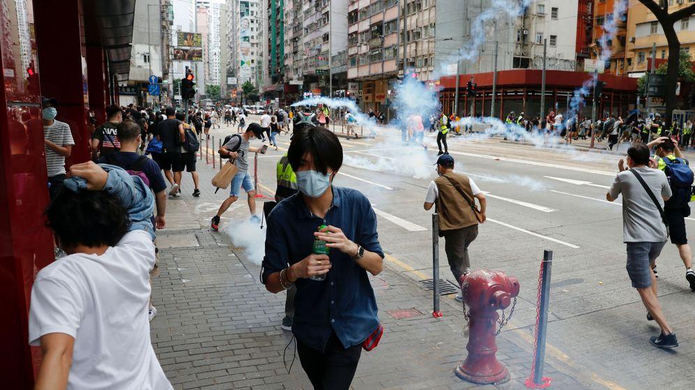 Foto: Lanzamiento de gases lacrimógenos a los manifestantes de las protestas de hoy en Hong Kong. (Reuters)
