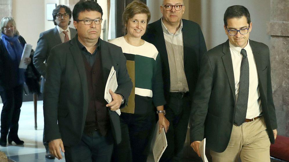Foto: (De i a d) Los antiguos miembros de la Mesa del Parlament: Joan Josep Nuet (CSQEP), Anna Simó (JxS), y Lluís Corominas (JxS). (EFE)