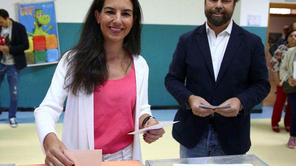 Foto: Rocío Monasterio e Iván Espinosa de los Monteros, durante la jornada del 28-A. (EFE)