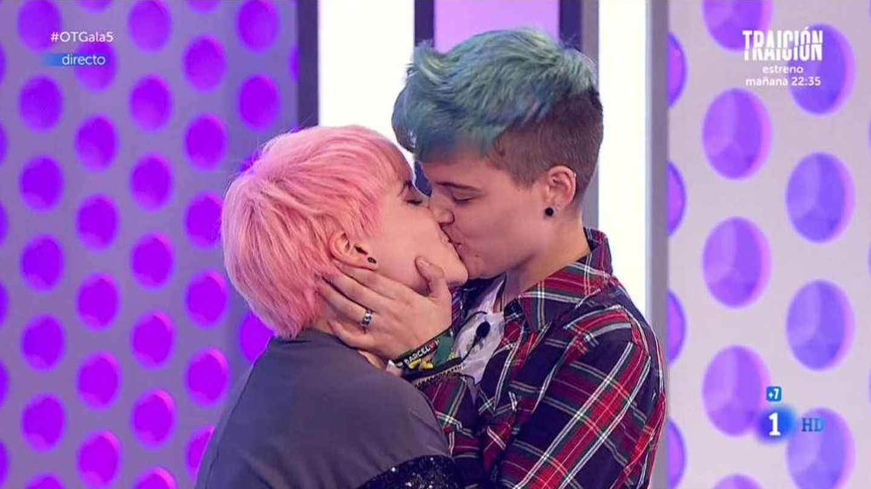 Marina y su novio transexual se besan en 'OT'.