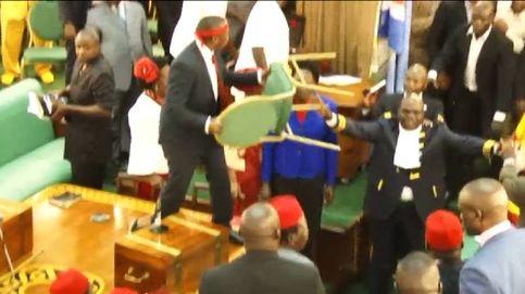 Lanzamiento de sillas y micrófonos en el Parlamento de Uganda