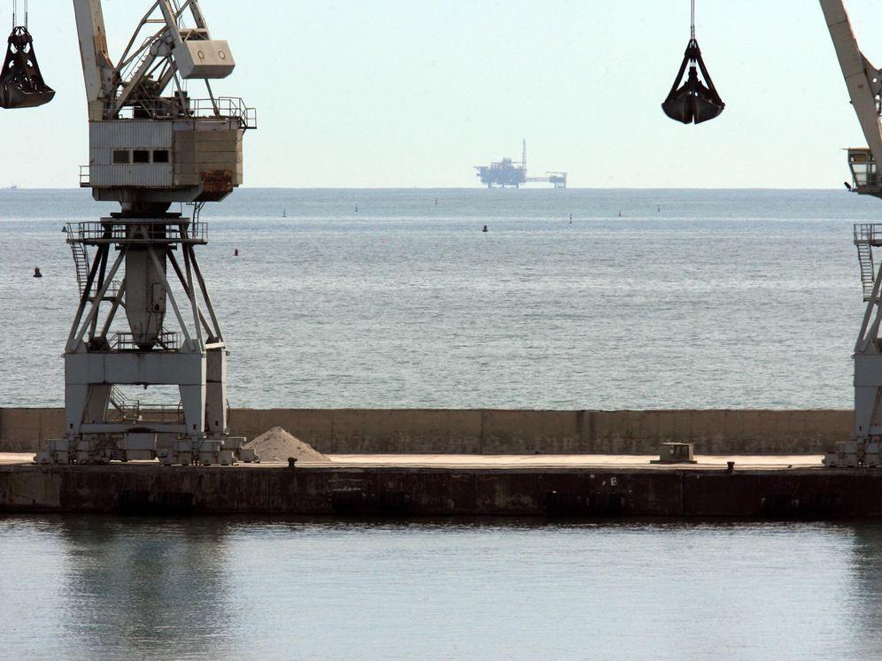 Foto: Al fondo, la plataforma Castor, frente a las costas de Castellón y Tarragona.