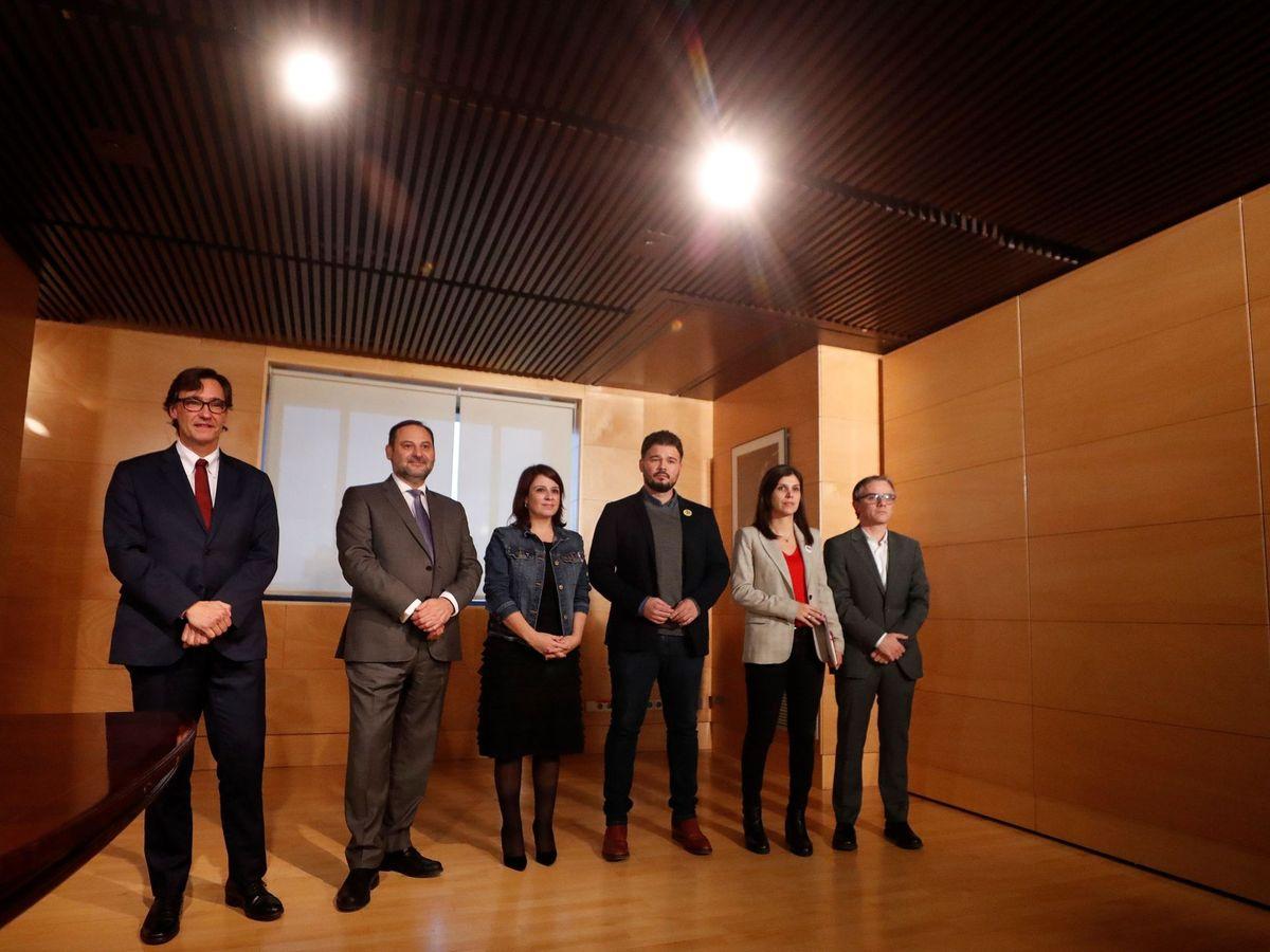 Foto: Salvador Illa, José Luis Ábalos, Adriana Lastra, Gabriel Rufián, Marta Vilalta y Josep Maria Jové, este 28 de noviembre en el Congreso. (EFE)