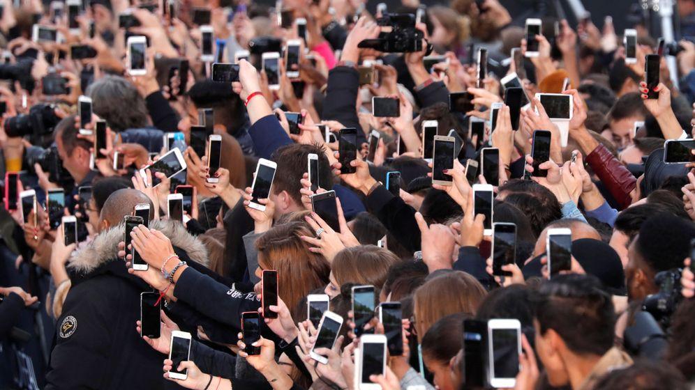 Foto: El uso del móvil se ha convertido en una necesidad para buena parte de la sociedad. (Reuters)
