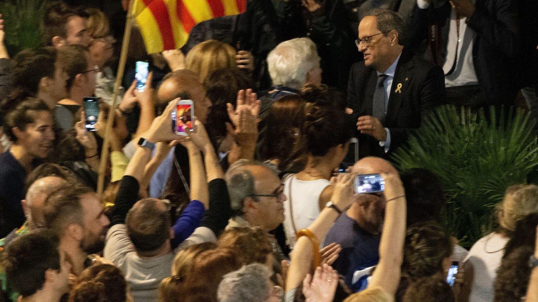 Foto: Quim Torra saluda a los concentrados en la plaza de Sant Jaume. (EFE)