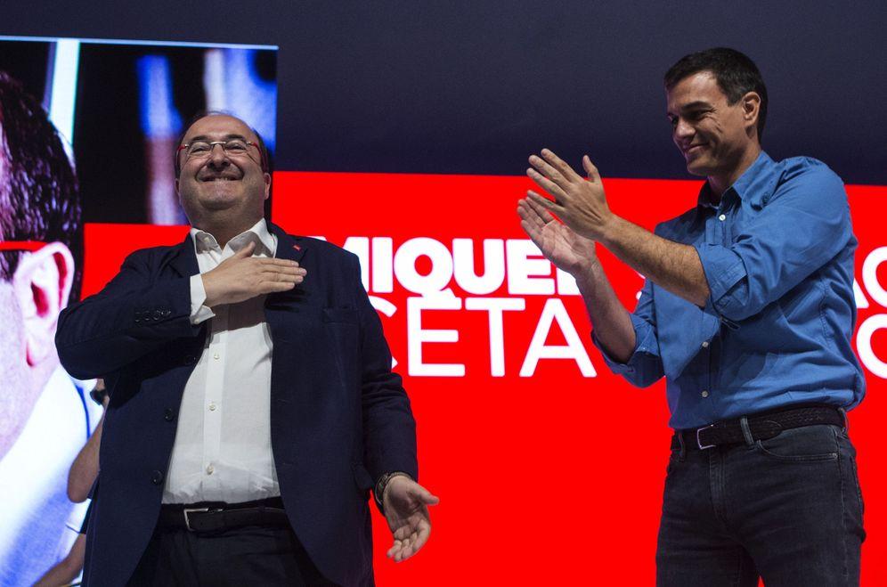 Foto: Pedro Sánchez aplaude a Miquel Iceta, el pasado 15 de julio, tras ser proclamado candidato del PSC en Barcelona. (EFE)