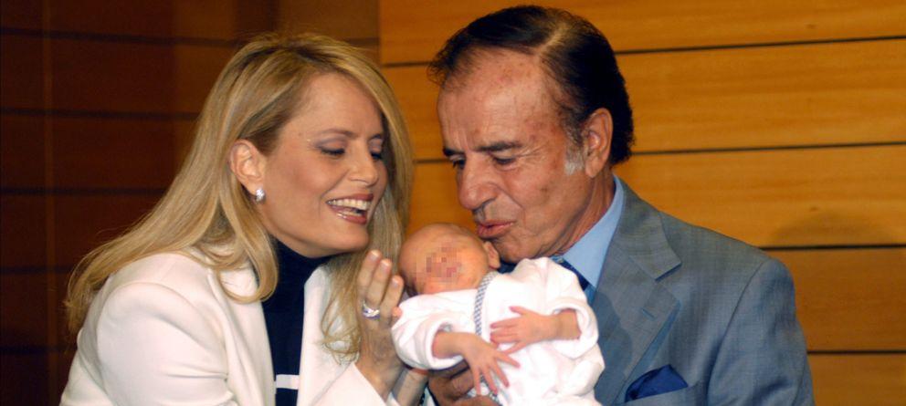 Foto: El expresidente argentino Carlos Menem y la ex Miss Universo Cecilia Bolocco con su hijo Máximo, en 2003 (Gtres)