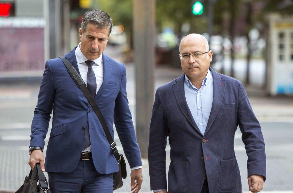 Foto: Alfredo de Miguel (dcha) llega al Palacio de Justicia de Vitoria acompañado de su abogado Gonzalo Susaeta durante una de las sesiones del juicio. (EFE)