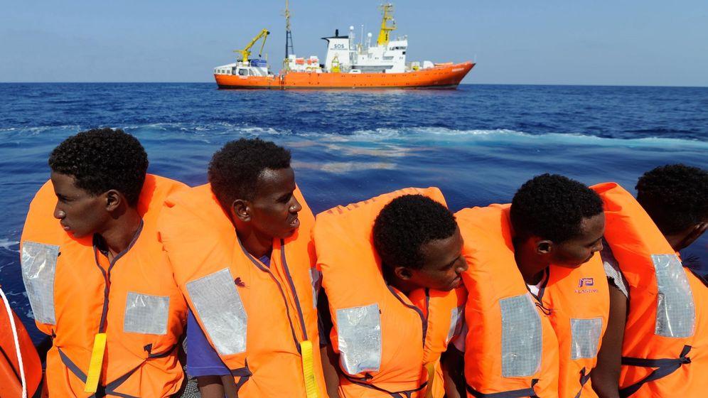 Foto: Fotografía cedida por la ONG SOS Mediterránée de varios inmigrantes rescatados por el Aquarius. (EFE)
