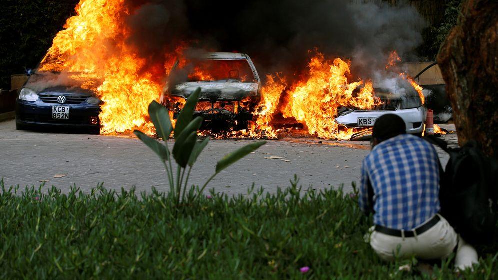 Foto: Vehículos en llamas en el lugar del incidente en Nairobi. (Reuters)
