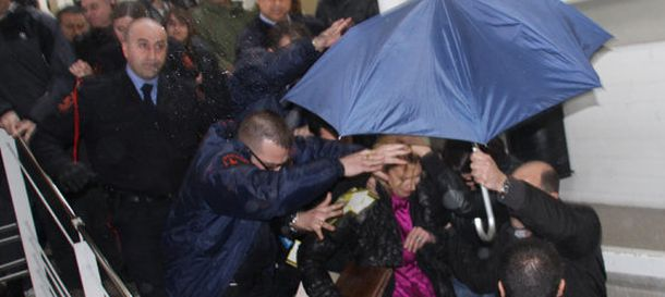 Foto: Un grupo de estudiantes increpa a Rosa Díez en la UAB en 2010.