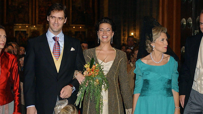 Sandra Domecq (izq) en la boda de su hija Eugenia. (Gtres)