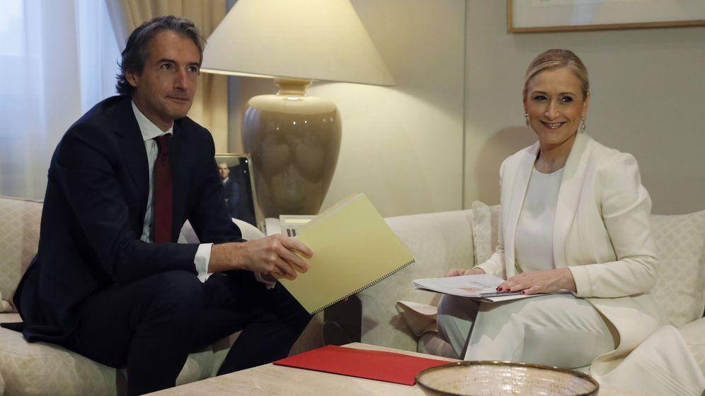 Foto: El ministro de Fomento, Íñigo de la Serna (i), y la presidenta de la Comunidad de Madrid, Cristina Cifuentes. (EFE)
